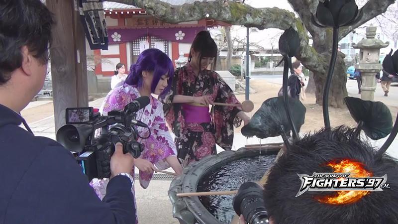 在拍摄过程中,叶梓萱cos不知火舞的妙曼身材火辣异常,频频引得路边的图片