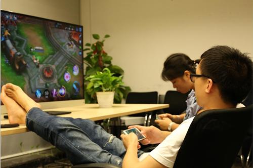 玩游戏时姿势不一样.jpg